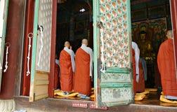 Monjes budistas dentro del templo Imagen de archivo libre de regalías