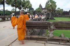 Monjes budistas en Angkor Wat Fotos de archivo libres de regalías