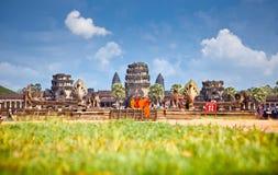 Monjes budistas en Angkor Wat, Camboya Imagenes de archivo