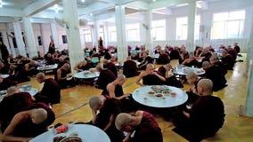 Monjes budistas en Bago, Myanmar almacen de metraje de vídeo