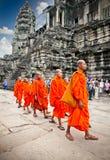 Monjes budistas en el complejo de Angkor Wat camboya Foto de archivo libre de regalías