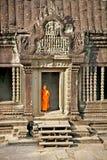 Monjes budistas en el complejo de Angkor Wat camboya Imagen de archivo