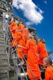 Monjes budistas en el complejo de Angkor Wat, Camboya Foto de archivo libre de regalías
