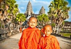 Monjes budistas en el complejo de Angkor Wat, Camboya Imagen de archivo