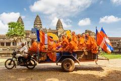 Monjes budistas en el templo antiguo Angkor Wat, Siem Reap, Camboya Foto de archivo