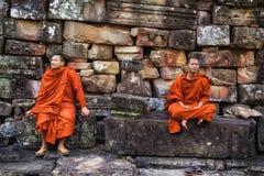 Monjes budistas en el templo de Bayon, Angkor, Siem Reap, Camboya Foto de archivo libre de regalías