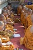 Monjes budistas en el templo de Mahabodhi Foto de archivo libre de regalías