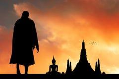 Monjes budistas en el templo fotos de archivo