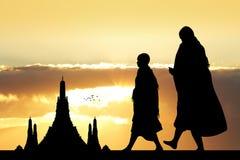 Monjes budistas en el templo en la puesta del sol imagen de archivo libre de regalías
