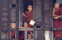 Monjes budistas en Myanmar (Birmania) Fotos de archivo