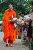 Monjes budistas en su almsround de la mañana Foto de archivo libre de regalías