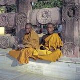 Monjes budistas jovenes en Bodhgaya Foto de archivo