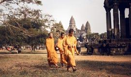 Monjes budistas no identificados en el complejo de Angkor Wat Fotografía de archivo