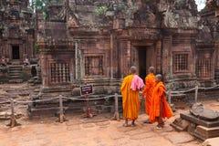 Monjes budistas observando el templo de Banteay Srei, Camboya Foto de archivo libre de regalías