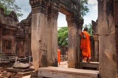 Monjes budistas observando el templo de Banteay Srei, Camboya Imagen de archivo libre de regalías