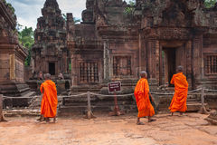 Monjes budistas observando el templo de Banteay Srei, Camboya Fotos de archivo