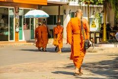 Monjes budistas que caminan al templo en Ayutthaya Bangkok, Tailandia foto de archivo