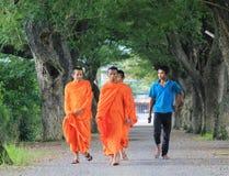 Monjes budistas que caminan en el camino rural en Dong Nai, Vietnam Imagen de archivo libre de regalías