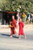 Monjes budistas que caminan en la calle de Thazi en Myanmar Fotografía de archivo