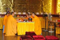 Monjes budistas que cantan Fotografía de archivo libre de regalías