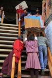 Monjes budistas que mueven el altar, Bhután foto de archivo