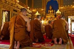 Monjes budistas que ruegan (Tailandia) Imagen de archivo