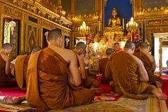 Monjes budistas que ruegan (Tailandia) imágenes de archivo libres de regalías