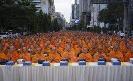 Monjes budistas tailandeses en rezo imagenes de archivo