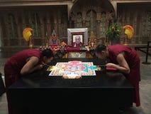 Monjes budistas tibetanos que crean la mandala de la arena Fotografía de archivo libre de regalías