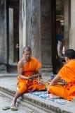 Monjes camboyanos que se sientan en las escaleras en el templo de Angkor Wat, Camboya Fotos de archivo libres de regalías
