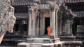 Monjes del Khmer en el templo de Angkor Wat, Camboya almacen de metraje de vídeo