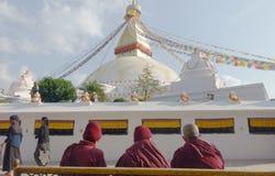 Monjes delante de Stupa Imagen de archivo libre de regalías