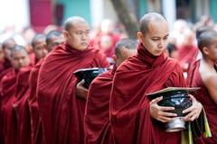 Monjes en Amarapura, Myanmar imagen de archivo