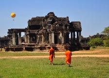 Monjes en Angkor Wat. Imagen de archivo libre de regalías
