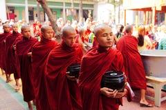 Monjes en el monasterio de Mahagandayone Foto de archivo libre de regalías