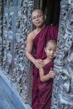 Monjes en el monasterio de Shwenandaw en Mandalay, Myanmar Foto de archivo libre de regalías