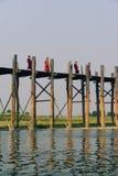 Monjes en el puente de U-Bein Imagen de archivo libre de regalías