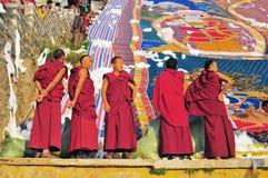 Monjes en el tibetano Sho Dun Festival celebrado en Lasa Fotografía de archivo
