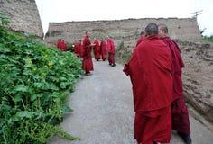 Monjes en la aldea Fotografía de archivo libre de regalías