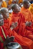 Monjes en la ceremonia de las limosnas Imagen de archivo