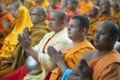 Monjes en la ceremonia de las limosnas Fotos de archivo libres de regalías