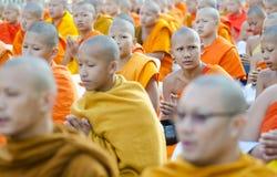 Monjes en la ceremonia de las limosnas Imágenes de archivo libres de regalías