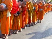 Monjes en la ceremonia de las limosnas Imagenes de archivo