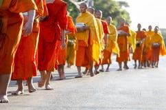 Monjes en la ceremonia de las limosnas Foto de archivo