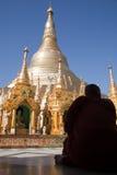 Monjes en la pagoda de Shwedagon Imagen de archivo