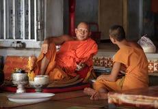 Monjes en templo Foto de archivo libre de regalías