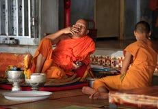 Monjes en templo Fotos de archivo libres de regalías
