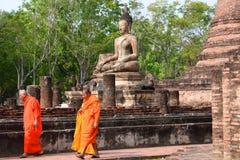 Monjes en Wat Mahathat Parque histórico Sukhothai tailandia Foto de archivo