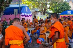 Monjes jovenes budistas en el wat del templo de Tailandia que hace artes de la mano Imagenes de archivo