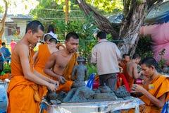 Monjes jovenes budistas en el wat del templo de Tailandia que hace artesanías Imagenes de archivo